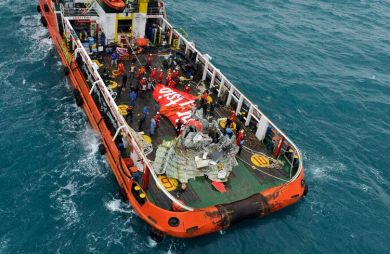 Salvage operations (photo: Reuters)
